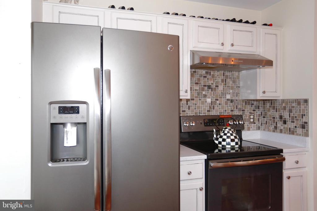 Kitchen with stainless appliances - 415 RIDGEPOINT PL #32, GAITHERSBURG