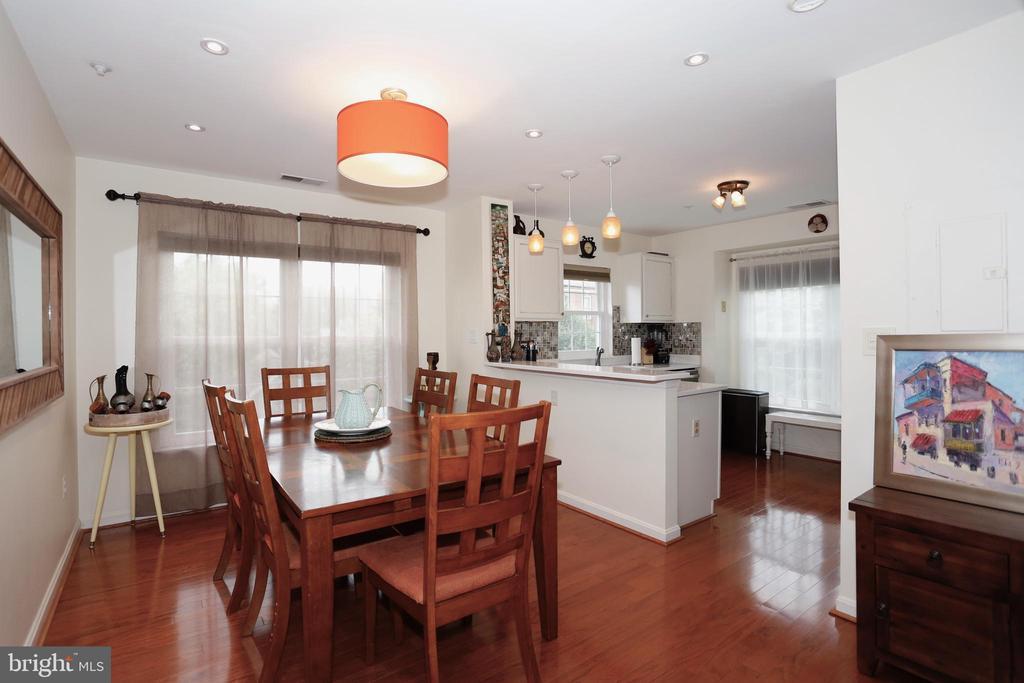 Dining room connects to kitchen - 415 RIDGEPOINT PL #32, GAITHERSBURG