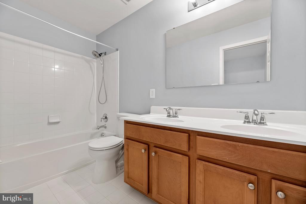 Upstairs hall bath - 41 TOWN CENTER DR, LOVETTSVILLE