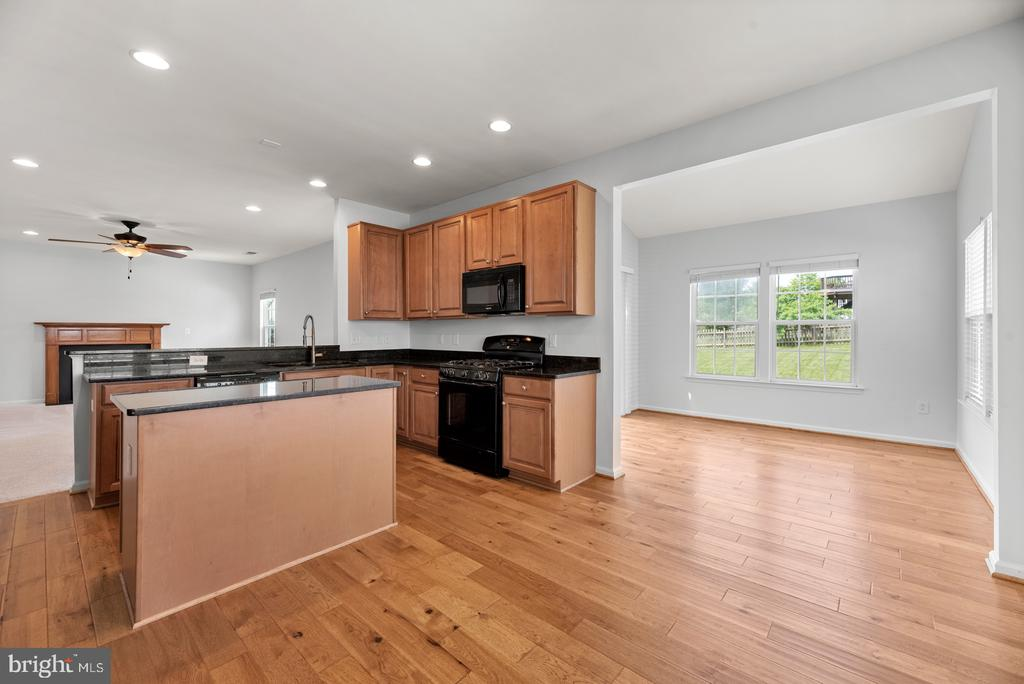 Kitchen with dining space and morning room - 41 TOWN CENTER DR, LOVETTSVILLE