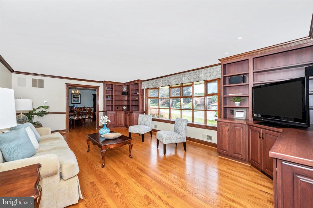 LARGE LIVING ROOM WITH OAK BUILT-IN CABINETS - 6914 SUMMERSWOOD DR, FREDERICK