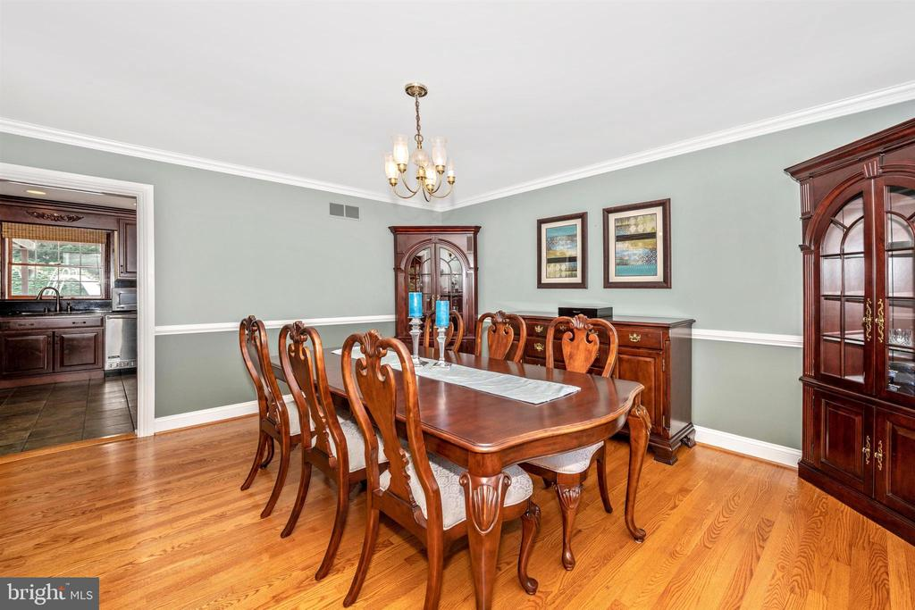 DINING ROOM ACCENTED WITH CUSTOM MOULDINGS - 6914 SUMMERSWOOD DR, FREDERICK