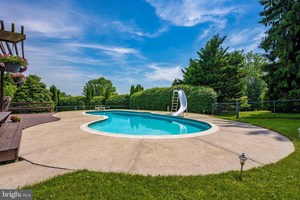 GUNITE POOL WITH NEWLY REBUILT FILTER SYSTEM - 6914 SUMMERSWOOD DR, FREDERICK