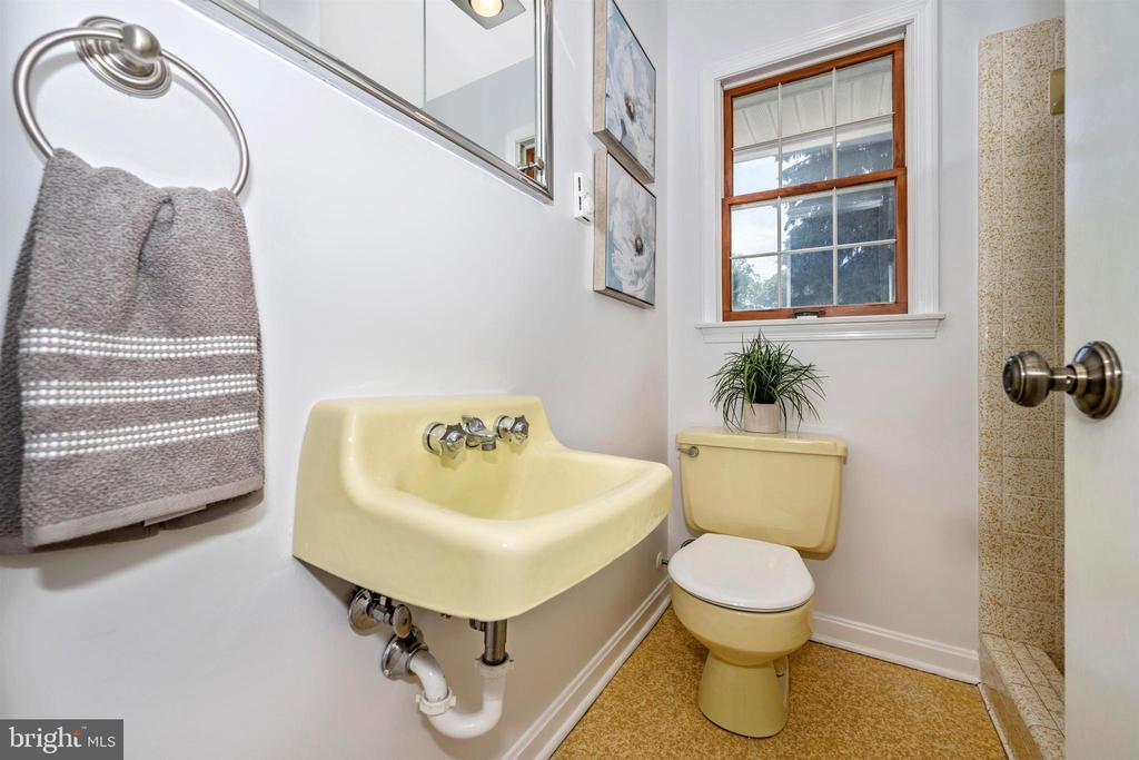 FULL BATH CLOSE TO POOL & 6TH BEDROOM - 6914 SUMMERSWOOD DR, FREDERICK