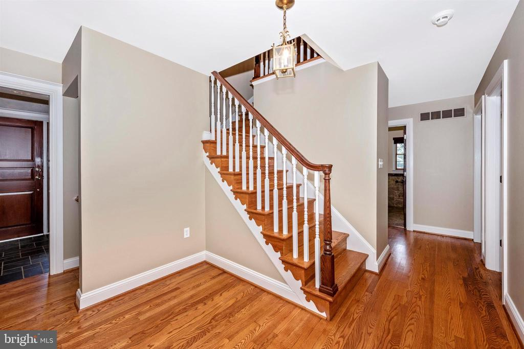MAIN HALL W/ L SHAPED STAIRCASE & OAK RAILINGS - 6914 SUMMERSWOOD DR, FREDERICK