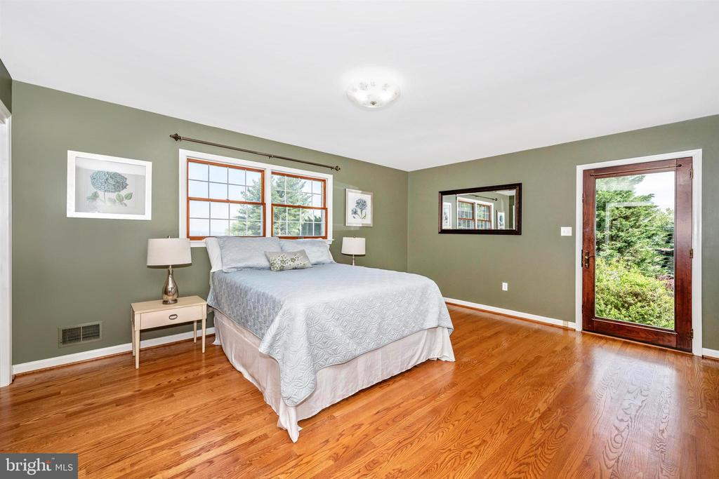 MASTER BEDROOM WITH WALKOUT, HARDWOOD FLOORS - 6914 SUMMERSWOOD DR, FREDERICK