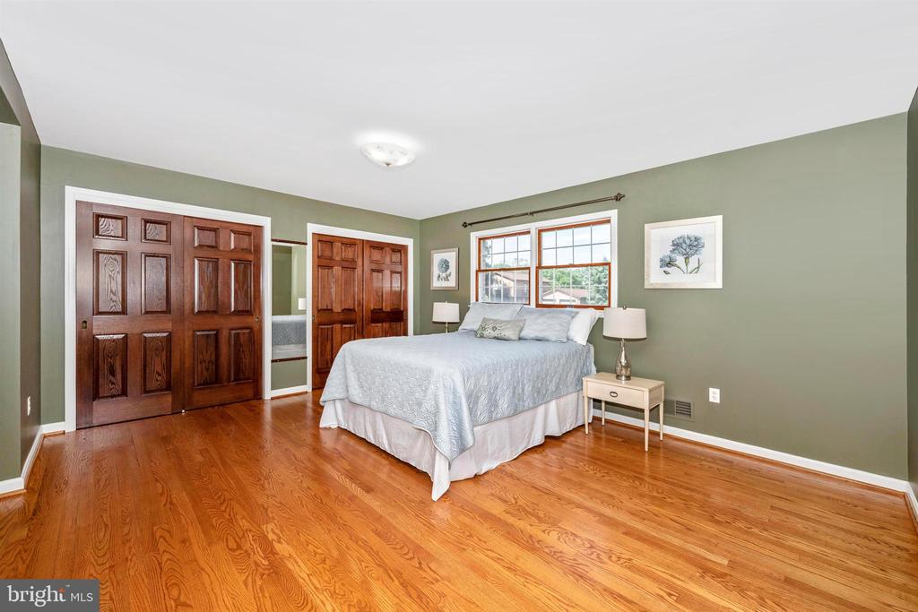 MASTER BEDROOM DUAL CLOSETS W/ OAK SIX PANEL DOORS - 6914 SUMMERSWOOD DR, FREDERICK