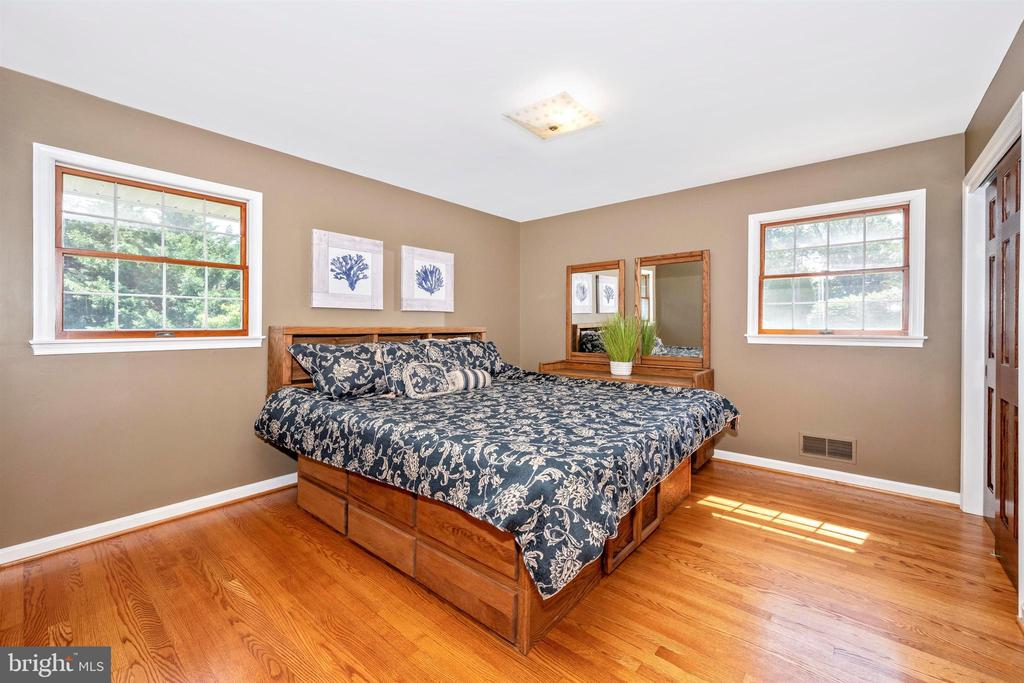 SECOND BEDROOM  W/ 2 CLOSETS HARDWOOD FLOORS - 6914 SUMMERSWOOD DR, FREDERICK