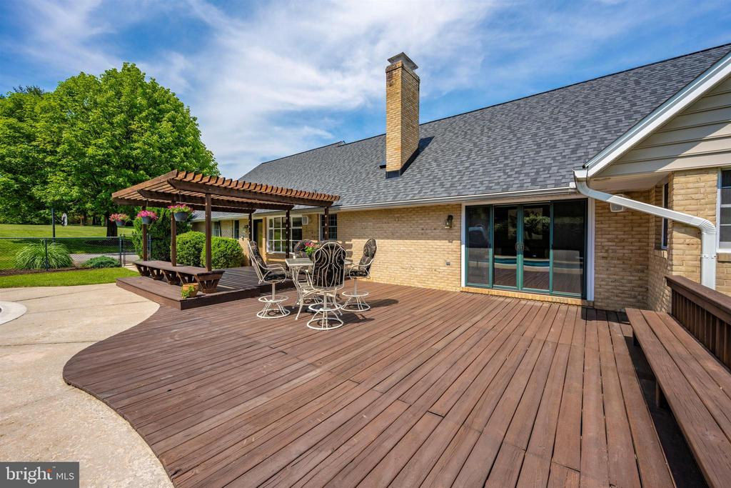 EXPANSIVE DECK FOR ENTERTAINING - 6914 SUMMERSWOOD DR, FREDERICK