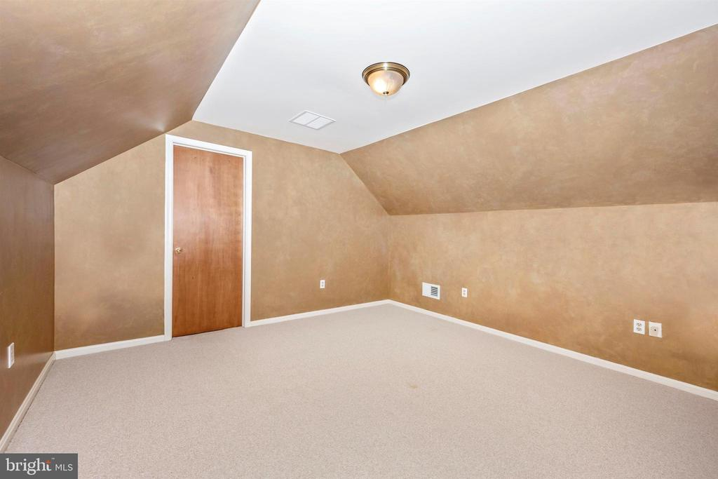 BONUS ROOM UPSTAIRS W/ LARGE CLOSET & BERBER - 6914 SUMMERSWOOD DR, FREDERICK