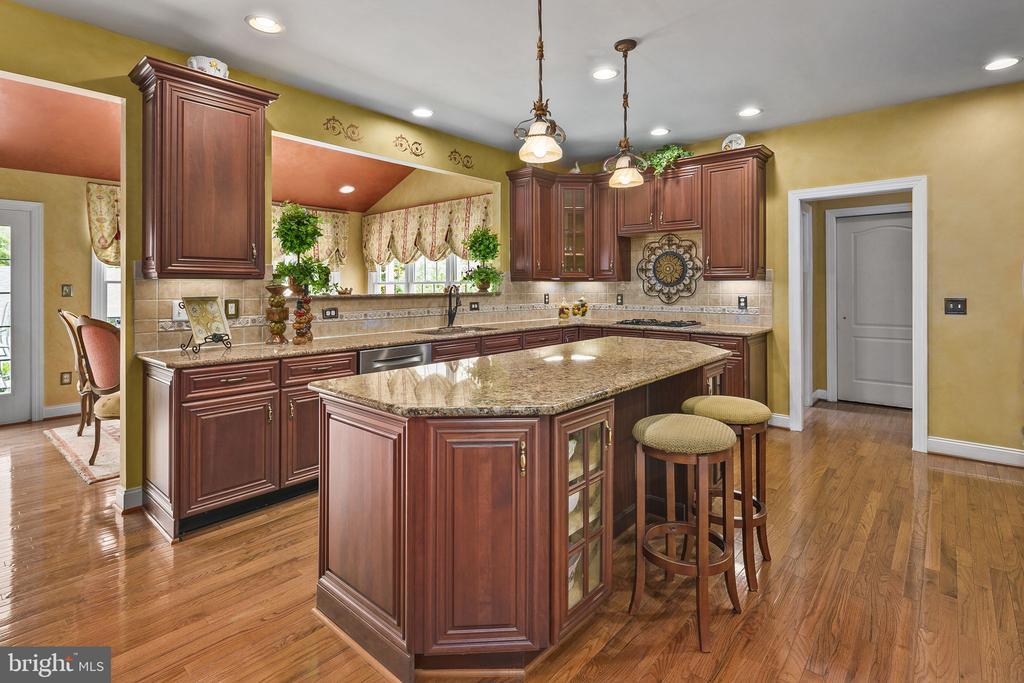 Kitchen and island - 43474 OGDEN PL, STERLING