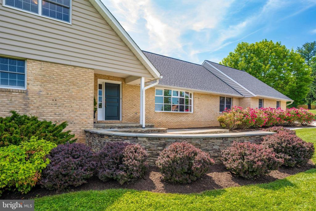 CLEAN BEDS WITH MINIATURE BARBERRY & NANDINA - 6914 SUMMERSWOOD DR, FREDERICK