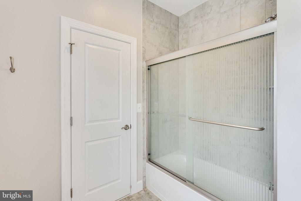 Dual access bathroom - 41684 WAKEHURST PL, LEESBURG