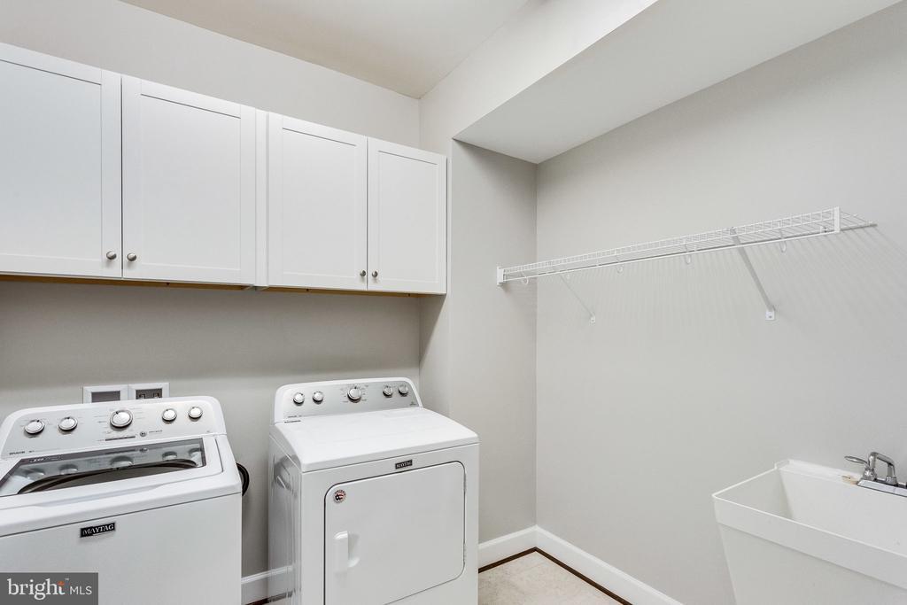 Upper level laundry room with sink - 41684 WAKEHURST PL, LEESBURG