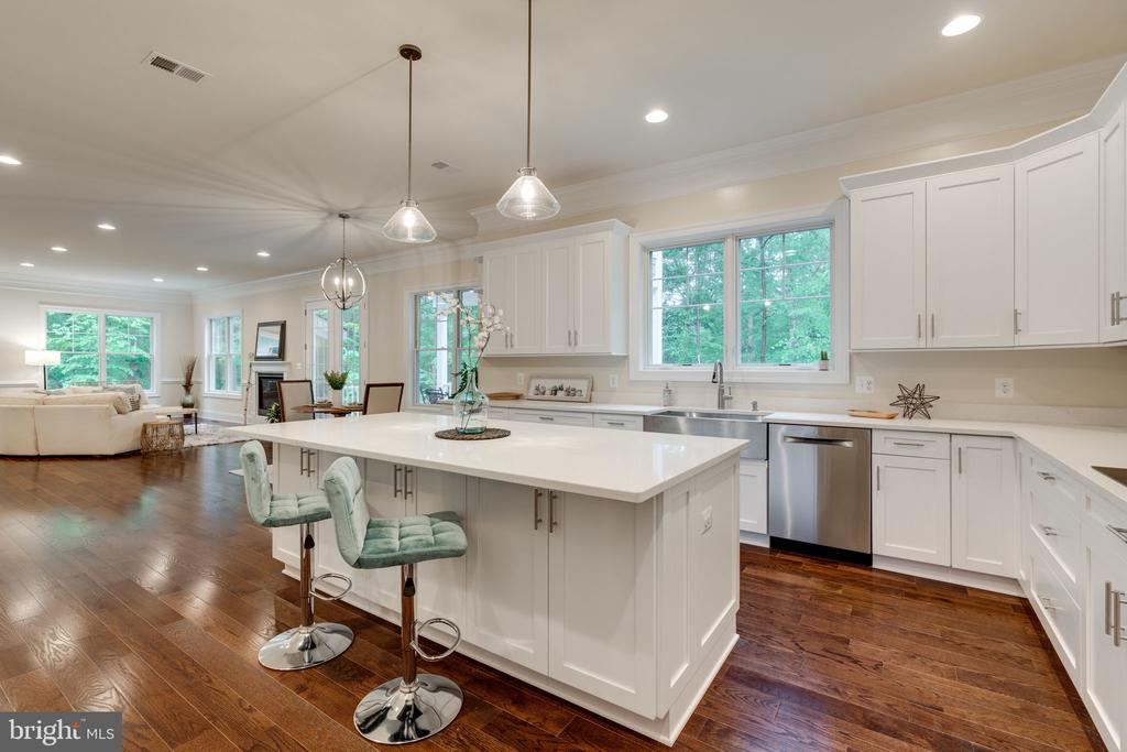 Enormous Island with Seating - 8506 SHADEWAY PL, SPRINGFIELD