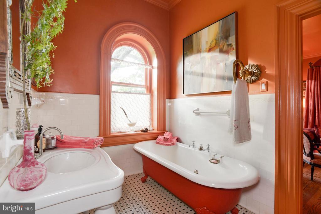 Orange guest suite bathroom - 8394 ELWAY LN, WARRENTON