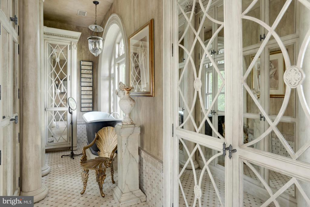 Master bathroom with remarkable custom closets - 8394 ELWAY LN, WARRENTON
