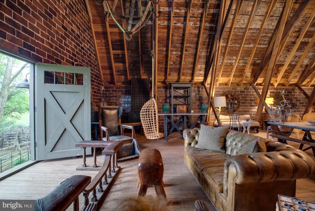 Second floor barn loft with views - 8394 ELWAY LN, WARRENTON