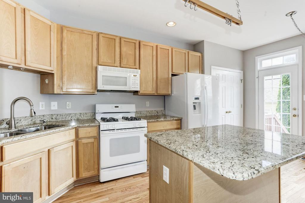 Island with granite - 28 GOLDEN ASH WAY, GAITHERSBURG