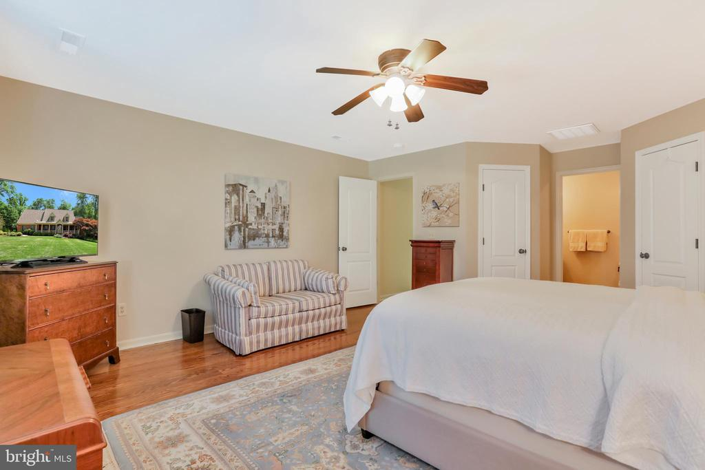 Upper level bedroom with sitting area - 92 EARLE RD, CHARLES TOWN