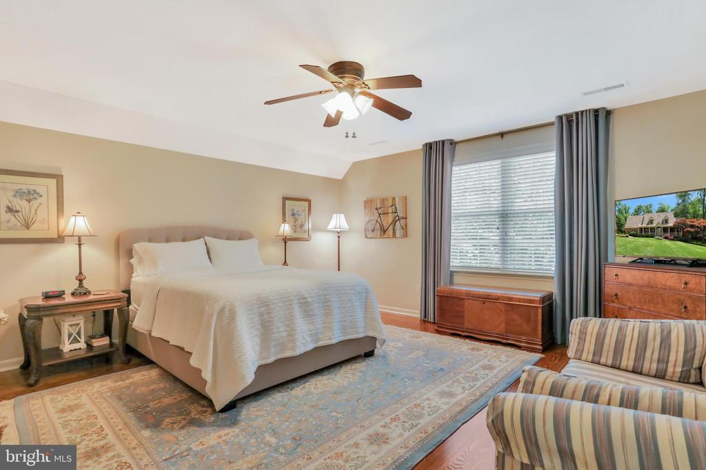 Upper level bedroom with attached bath - 92 EARLE RD, CHARLES TOWN