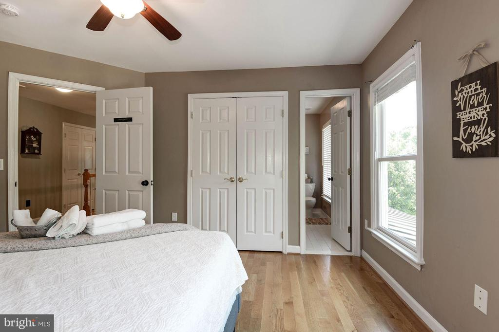 Bedroom 2 with en suite shower room - 20634 ST LOUIS RD, PURCELLVILLE