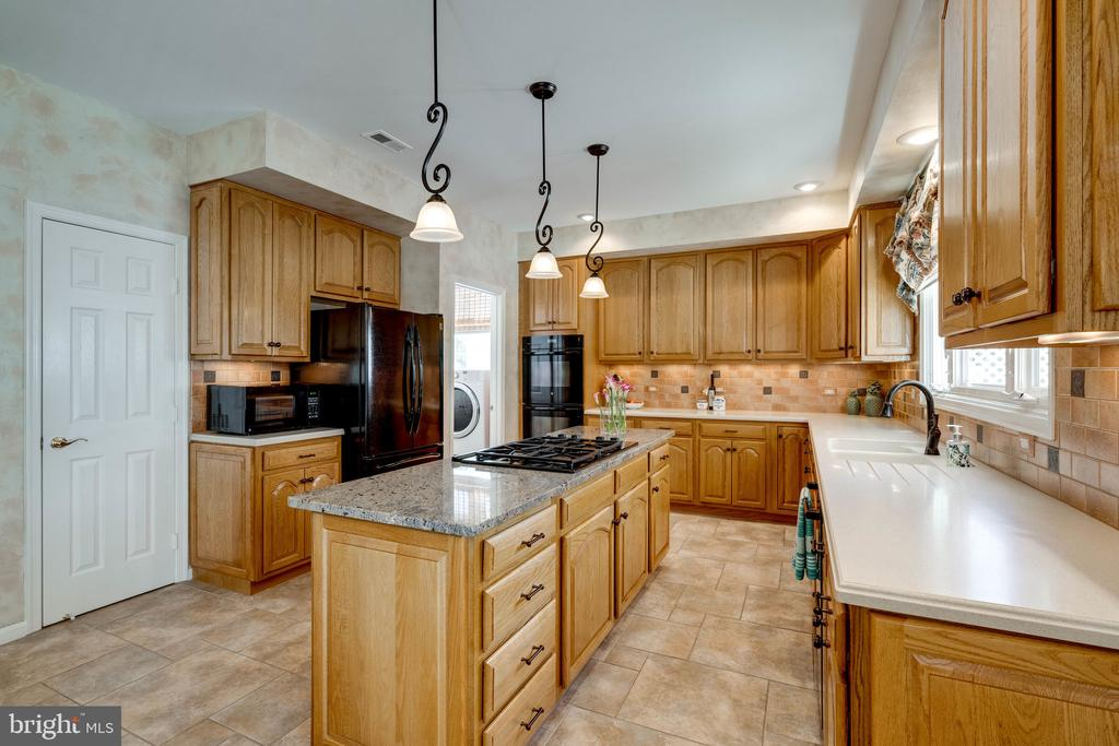 Beautifully Tiled Kitchen with Island & Cook-top - 8523 SILVERVIEW DR, LORTON