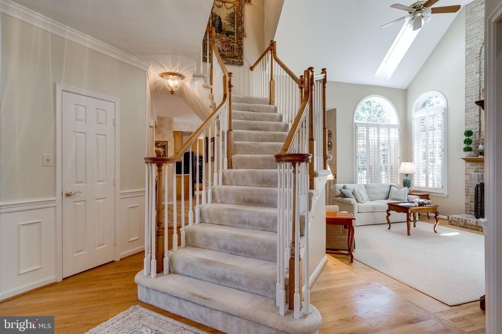 Curved Stairway to Upper Level - 8523 SILVERVIEW DR, LORTON
