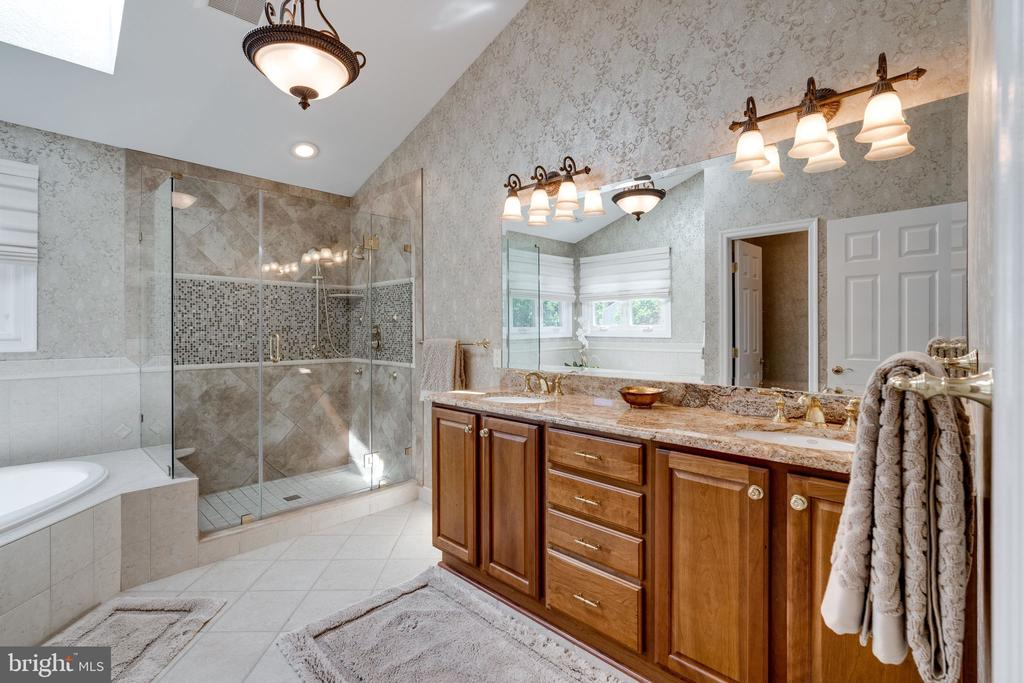 Spacious Master Bath - 8523 SILVERVIEW DR, LORTON