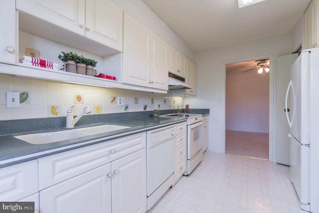 Cute kitchen space with Corian counters. - 5903 MOUNT EAGLE DR #610, ALEXANDRIA