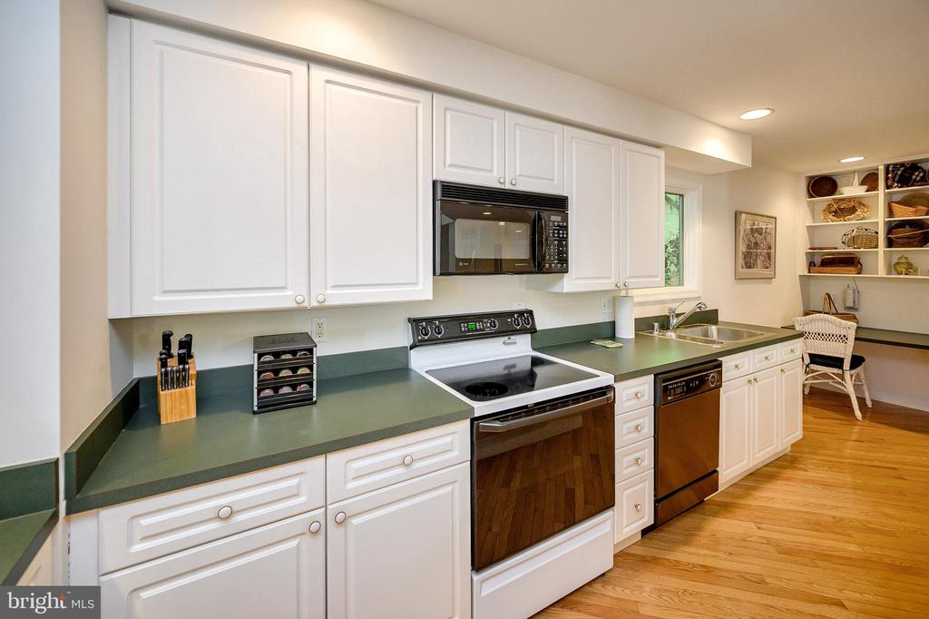 Fully Equipped Kitchen - 124 BIRCHSIDE CIR, LOCUST GROVE