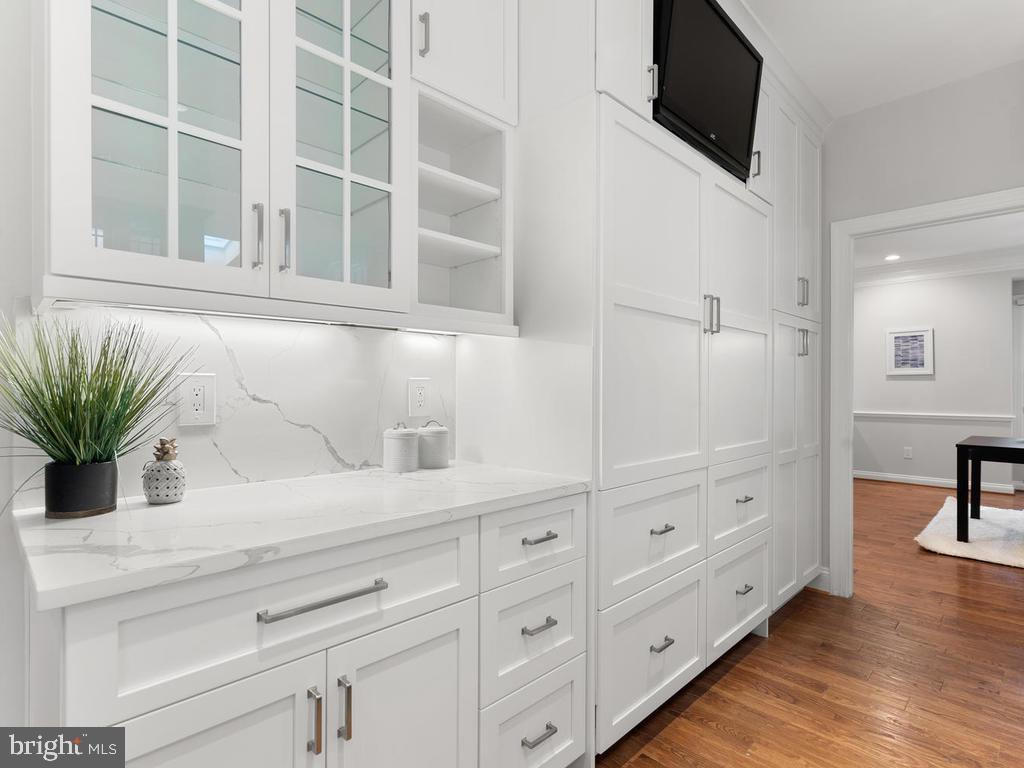 Kitchen w/ Custom Cabinetry - 13716 SAFE HARBOR CT, ROCKVILLE