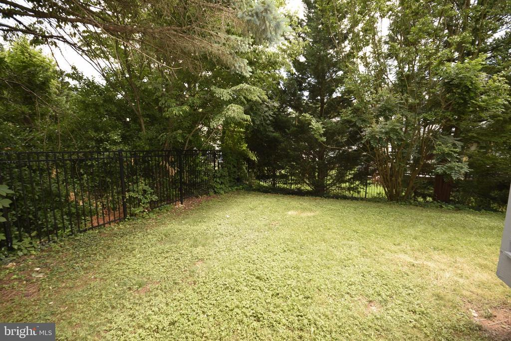 Nice level yard - 206 PRIMROSE CT SW, LEESBURG