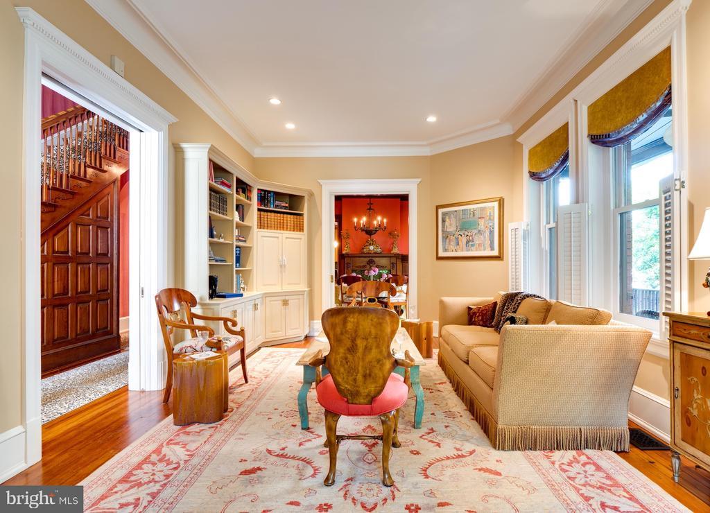 Living Room with Built-ins - 712 E CAPITOL ST NE, WASHINGTON
