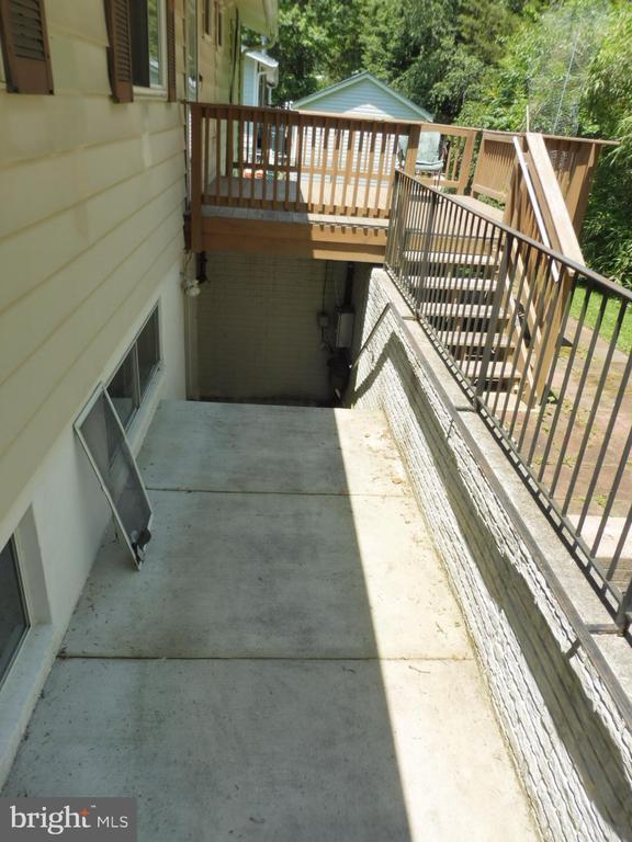 Walk down basement - 5825 BROOKVIEW DR, ALEXANDRIA