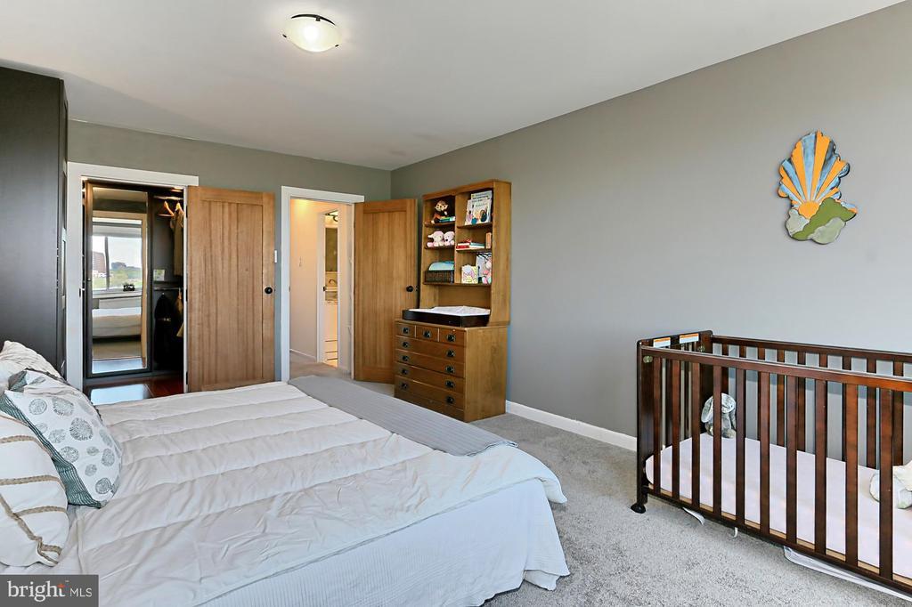 LARGE Bedroom - LOTS of Natural Light - 1200 N NASH ST #1148, ARLINGTON