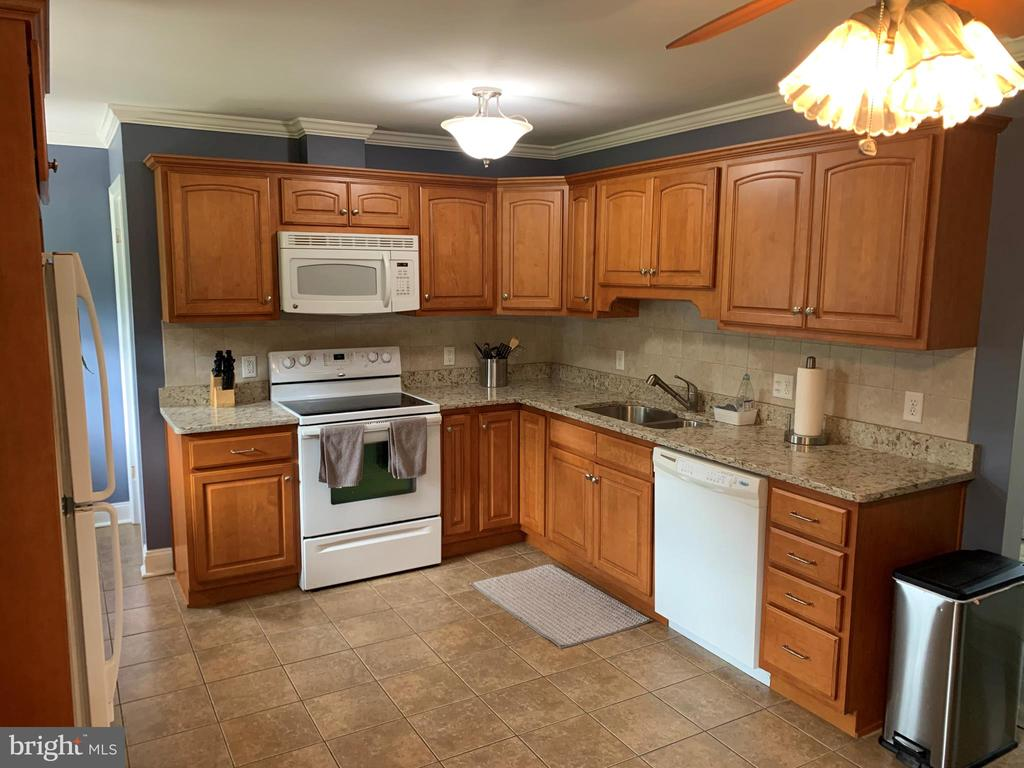 Lots of cabinet space and granite - 11504 HESSONG BRIDGE RD, THURMONT