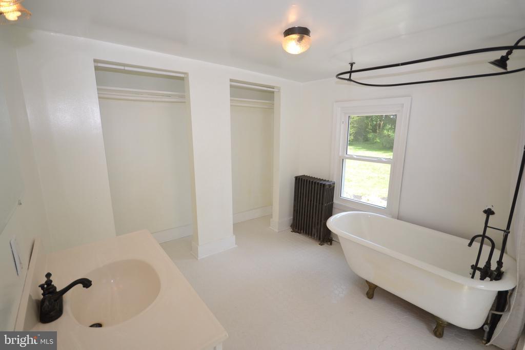 2nd home Bath - 11 E MAIN ST, MIDDLETOWN