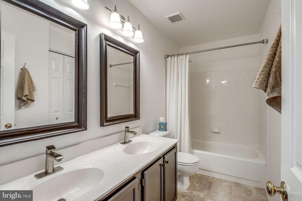 Double vanity bathroom - 47597 COMER SQ, STERLING