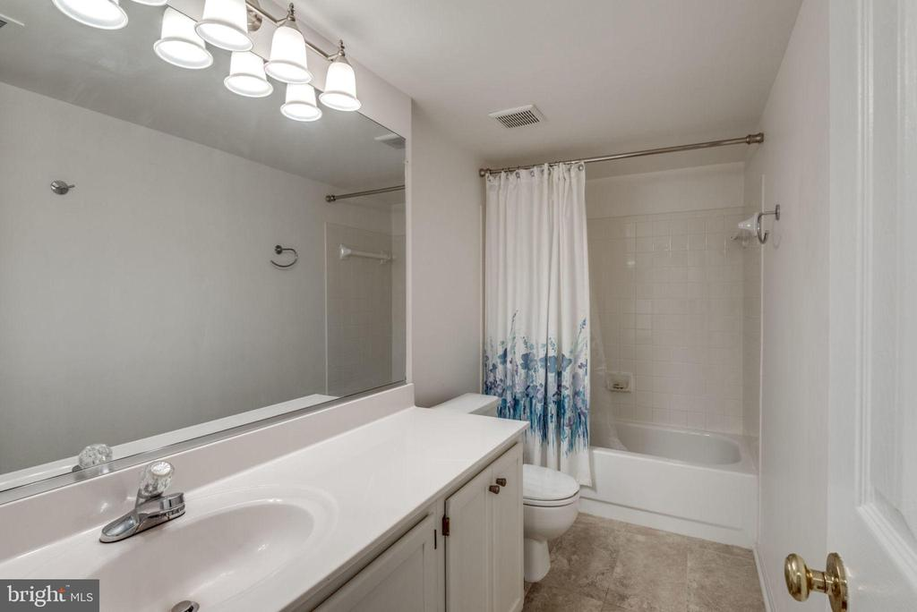Lower Level Bathroom - 47597 COMER SQ, STERLING