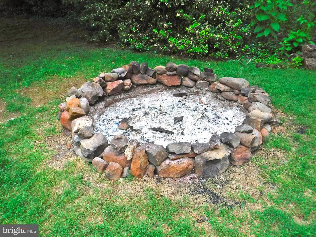 Inviting fire pit in your secluded 1-acre yard - 9894 PAR DR, NOKESVILLE
