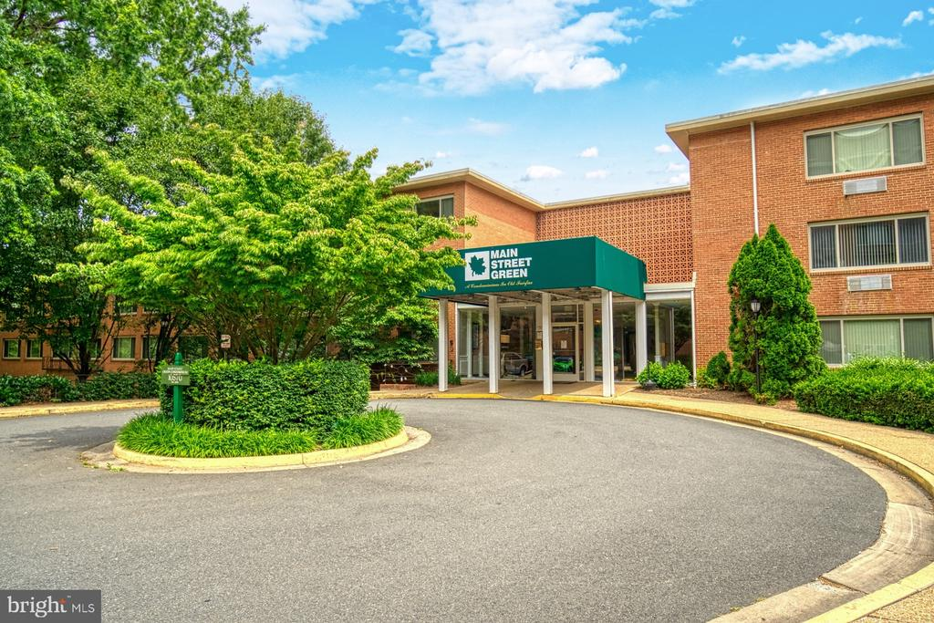 Guest parking available and 1 assigned space! - 10570 MAIN ST #325, FAIRFAX