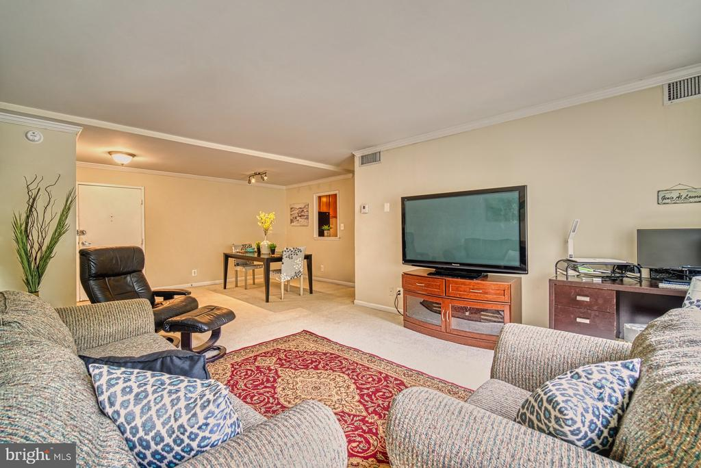 Entertain easily in your dining and living area - 10570 MAIN ST #325, FAIRFAX