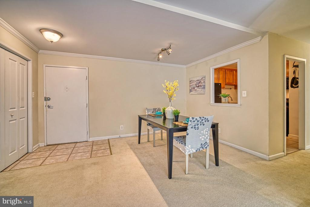 Separate dining area yet open to living spaces - 10570 MAIN ST #325, FAIRFAX