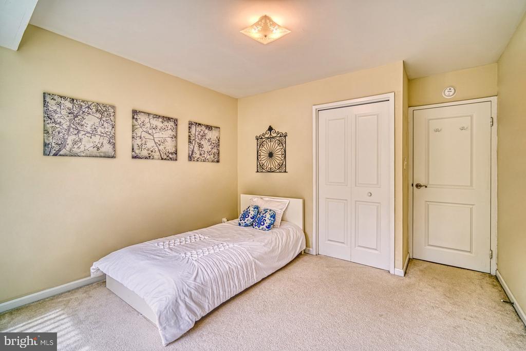 Nice size second bedroom with overhead lighting - 10570 MAIN ST #325, FAIRFAX