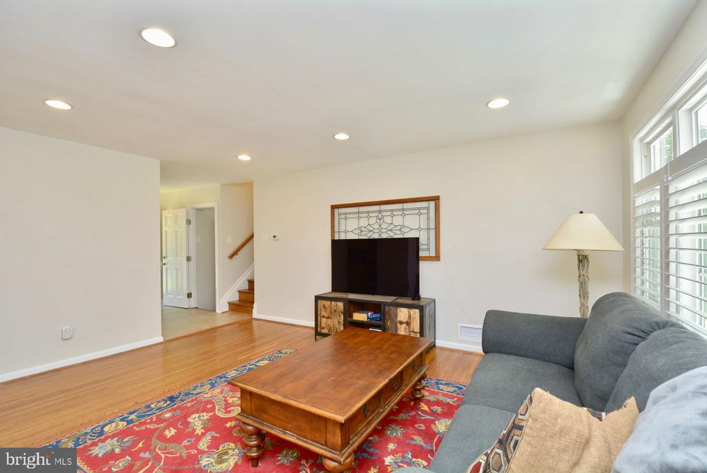 Freshly painted and move in ready. - 7701 HEMING PL, SPRINGFIELD