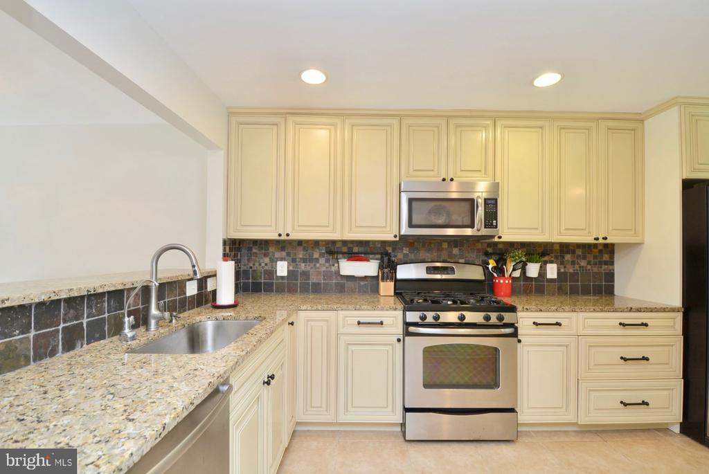 Granite counters with stainless appliances - 7701 HEMING PL, SPRINGFIELD