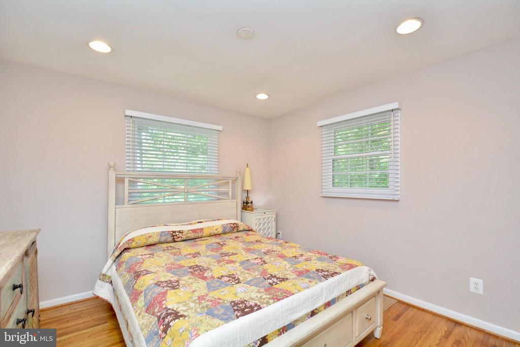3rd bedroom w/hardwood floors and cross ventilatio - 7701 HEMING PL, SPRINGFIELD