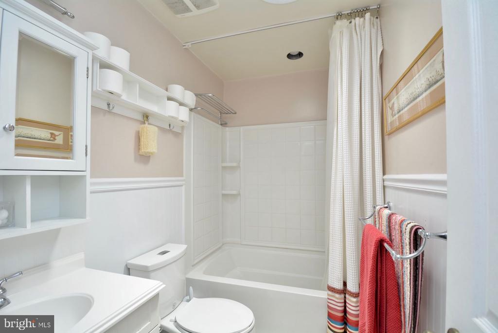 Hallway full bath room with skylight. - 7701 HEMING PL, SPRINGFIELD