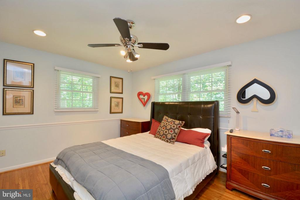 Master suite with ceiling fan and walk in closet. - 7701 HEMING PL, SPRINGFIELD